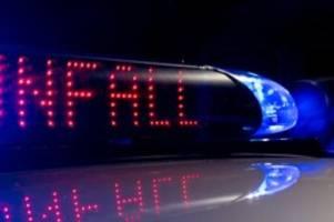 Unfälle: Auto prallt gegen Brückengeländer: Fahrer in Lebensgefahr