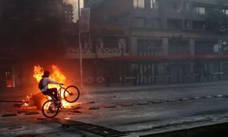 brennende busse und supermärkte in chile: drei tote