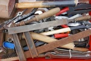 Pflegefall: Warum eine Familie rostiges Werkzeug für kranken Vater sucht