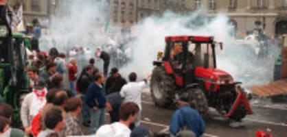 Heftige Demo jährt sich: Als Bauern Polizisten mit Kuhhörnern angriffen