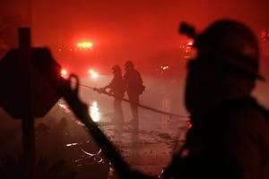 waldbrand in kalifornien breitet sich aus - zehntausende ohne strom