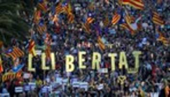 barcelona: hunderttausende separatisten demonstrieren gegen haftstrafen