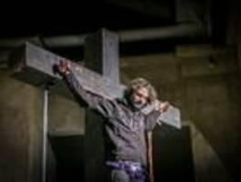 neuer jesus absolviert erste hängeprobe am kreuz