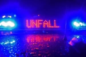Unfälle: Auto gegen Baum geprallt: Mensch verbrennt in Fahrzeug