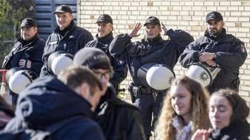 lucke-vorlesung erneut von polizei-hundertschaft bewacht