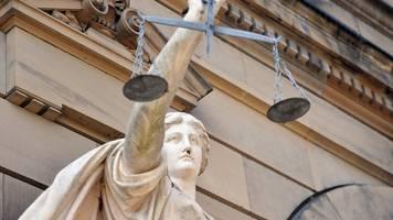 Zu viel Gehalt bekommen: Putzfrau muss vor Gericht