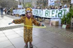 Umwelt: Menschen-Bäume: Nabu-Aktion für Völlhöfner Wald