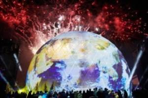 Feiertage: Party zum Mauerfalljubiläum endet mit großem Feuerwerk