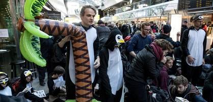 Klimaaktivisten protestieren am Flughafen Tegel
