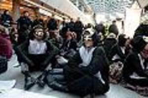 anreise für passagiere schwierig - klimaprotest am flughafen berlin-tegel löst polizei-großeinsatz aus