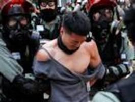 Polizist schießt Demonstranten in die Brust