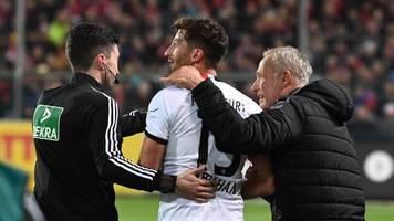 Fußball-Bundesliga: Mit Anlauf umgerannt: So cool reagiert Christian Streich auf den Bodycheck von Frankfurts Abraham