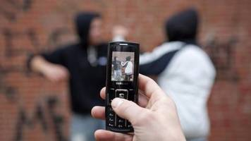 Nachrichten aus Deutschland: Jugendlicher schlägt Elfjährigen zusammen, Komplizen filmen mit dem Handy