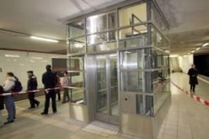 Befreiungsaktion: Nach Hüpfeinlage: Jugendliche stundenlang in Aufzug gefangen