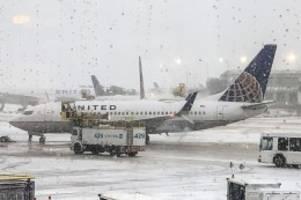 Luftverkehr: Flugchaos in Chicago – Flieger rutscht von eisiger Landebahn