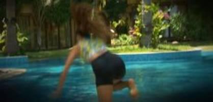 «bachelor»-bootcamp: hier stürzt kandidatin yiankarla in den pool