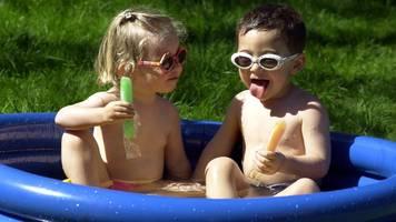 Vorher den Vermieter fragen: Schwimmbecken im Garten eines Mietshauses aufstellen
