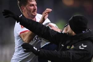 Doppel-Rot: David Abraham rempelt Freiburg-Coach Streich um