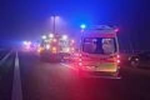 Auf der B5 - Dreifacher Familienvater steigt nach Nebel-Unfall aus Auto - und wird überrollt