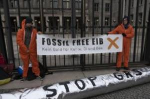 Demonstrationen: Klimaaktivisten demonstrieren vor Finanzministerium
