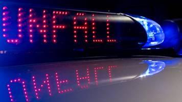 Glätteunfall in Bielefeld: Auto rutscht auf Dach über Straße