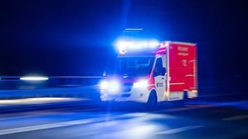 Lastwagen durchbricht Leitplanke: Fahrer schwer verletzt