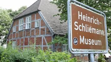 Schliemann-Museum widmet Grafiker Schinko Märchenausstellung