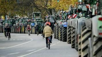 tausende bauern mit traktoren protestieren bei umweltministertreffen in hamburg