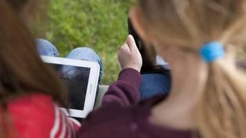 Studie zu Medienkonsum: Kinderärzte besorgt: Was Smartphones und Tablets mit unseren Kindern machen