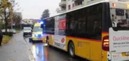 schwer verletzt: fussgänger wird von postauto angefahren
