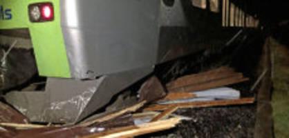 strecke unterbrochen: bls-zug kracht in carport