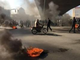 Nach Benzinpreiserhöhung in Iran: Brennende Autos, Proteste, Internetblockade