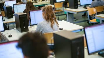 Smartboards,  Laptops,  Wlan: Digitalpakt-Mittel für die Schulen tröpfeln bisher nur