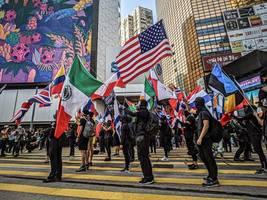 Hongkong: Chinesische Soldaten räumen Barrikaden weg
