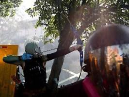 Brutale Zusammenstöße: Hongkong-Demonstranten schießen Pfeile
