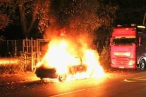 Kriminalität: Brandstifter zünden drei Autos in Berlin an