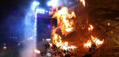 Neue Zusammenstöße – Polizei droht mit Einsatz scharfer Munition