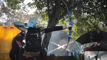 Hongkong: Demonstranten schießen mit Pfeil und Bogen auf Polizei