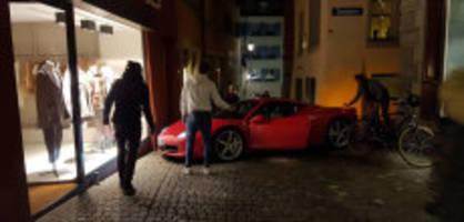 Panne im Niederdorf: Ferrari bleibt in Zürcher Altstadt stecken