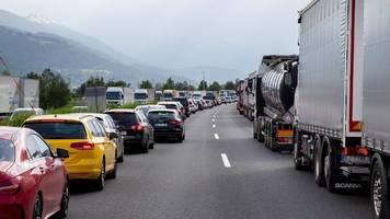 hessen: autofahrer missbraucht rettungsgasse – und zeigt sich selbst an