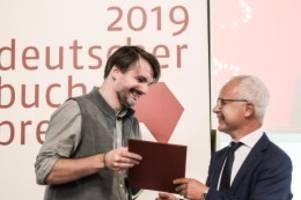 literatur: saša stanišić bekommt hamburger buchpreis für herkunft
