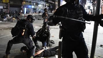 Unruhen halten an - Hongkong: China kritisiert Aufhebung des Vermummungsverbots