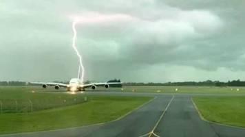 spektakulärer zwischenfall: airbus a380 wird fast von blitz getroffen