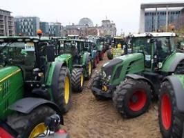 Trecker-Demo gegen Agrarpolitik: Tausende zornige Bauern rollen durch Berlin