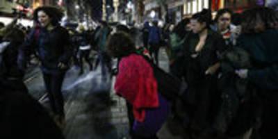 Protest von Frauen in Istanbul: Tränengas gegen Demo