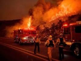 im süden kaliforniens: waldbrände bewegen sich auf küstenstädte zu