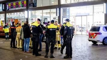 Täter ist flüchtig: Drei Verletzte bei Messerangriff in Den Haag