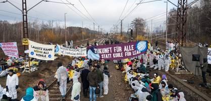 Hier stürmen über 1000 Demonstranten einen Tagebau