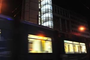 Unbekannter raubt Mann in Straßenbahn aus