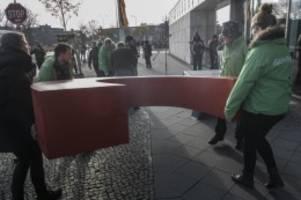 Parteien: Greenpeace bringt C in CDU-Zentrale zurück
